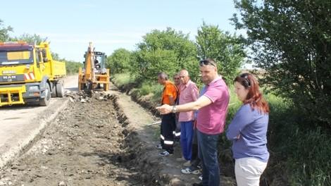 Народният представител Кирил Добрев провери на място ремонта на пътя Агатово-Крамолин
